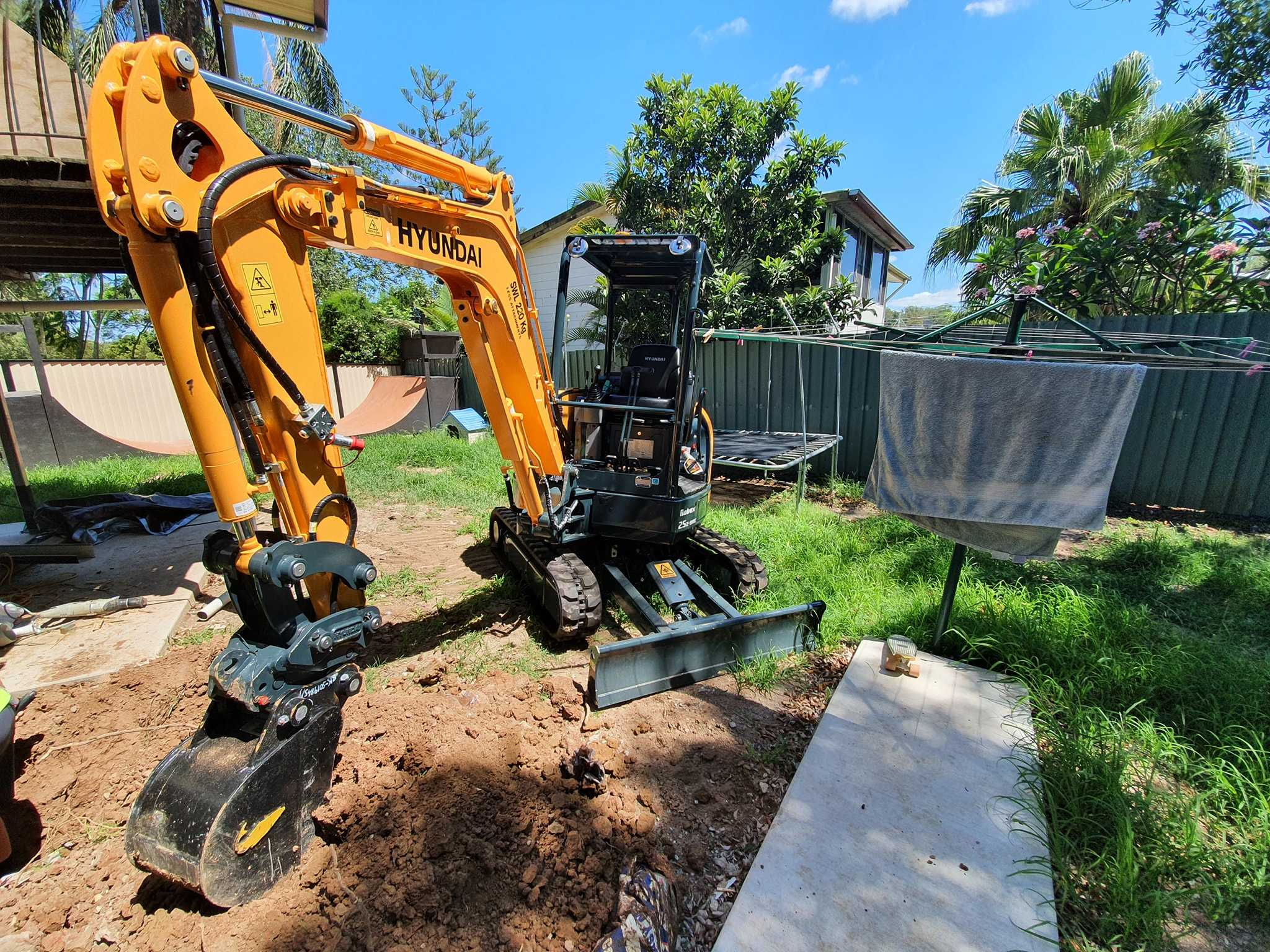2.5 T ton Excavator for wet hire near Deception Bay