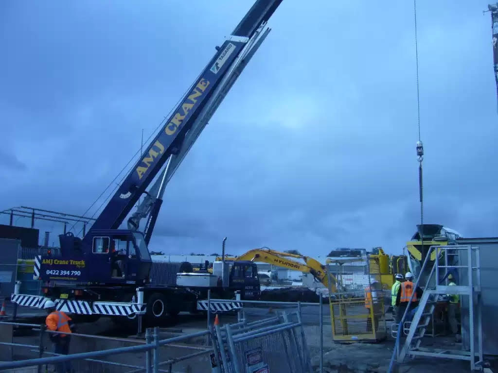 Hire 30 Tonne Mounted Slewing Crane