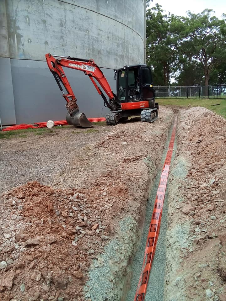 5ton (5T) digger /excavator for wet hire near North Lakes. (Also 5 ton digger/truck combo Available )