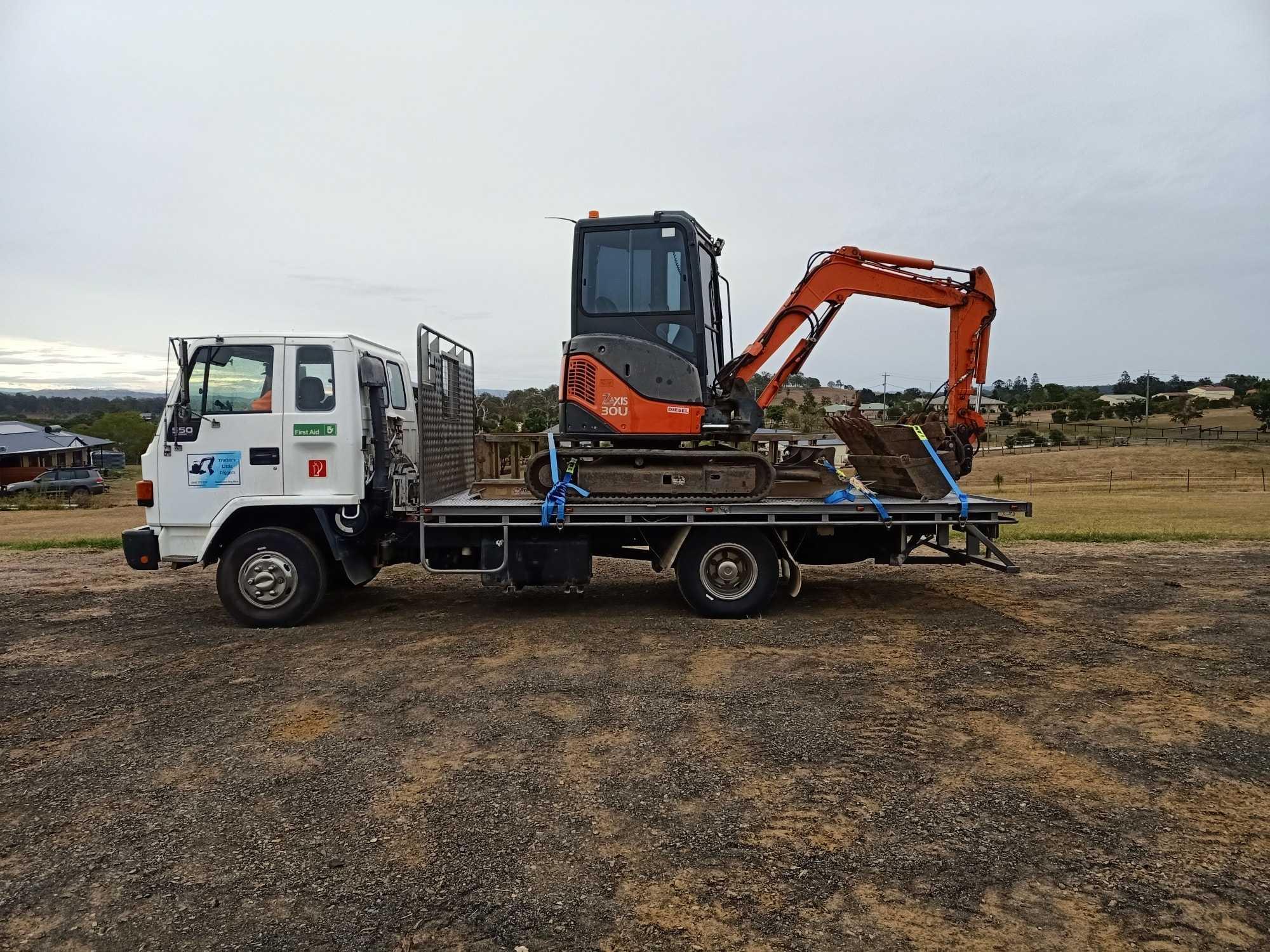 4 ton Excavator for wet hire near cedar vale